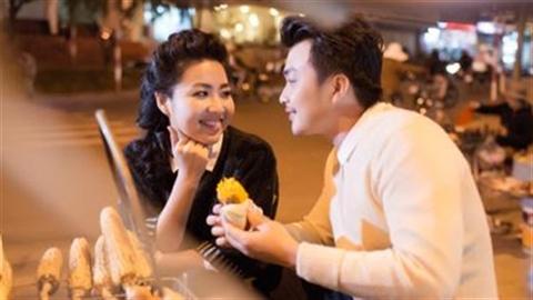 Lê Khánh và chồng sắp cưới lãng mạn dạo phố đêm