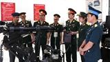 Sĩ quan Việt Nam xem vũ khí công binh Ấn Độ