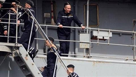 Pháp: Doanh nhân bảo Mistral vô dụng, chính khách đòi bỏ NATO
