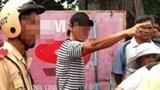 Nam thanh niên chửi bới, nhặt đá ném vào mặt CSGT