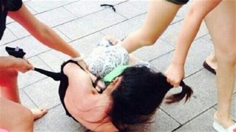 Bốn mẹ con đánh ghen: Ông bố lo an ủi người tình