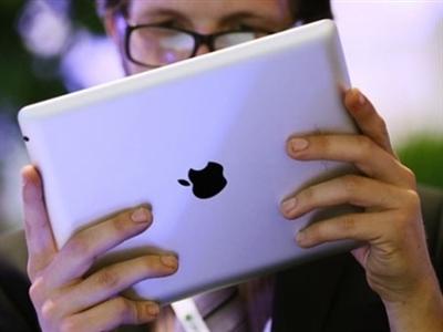 """Đồng Rúp """"trượt"""" sâu, Apple tạm ngừng bán hàng trực tuyến tại Nga"""
