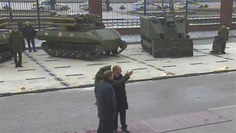 Tổng thống Putin kiểm tra robot chiến đấu tối tân mới