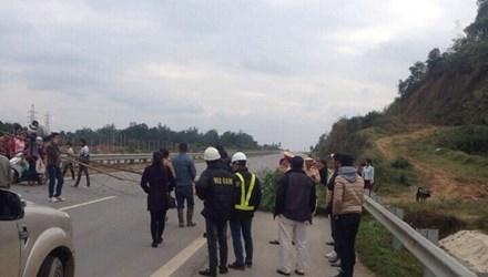 Cao tốc Nội Bài - Lào Cai: Người dân mang tre chặn đường