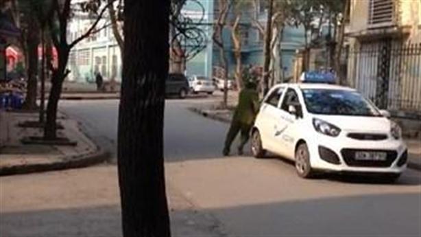Xôn xao clip cảnh sát đu người bám theo xe