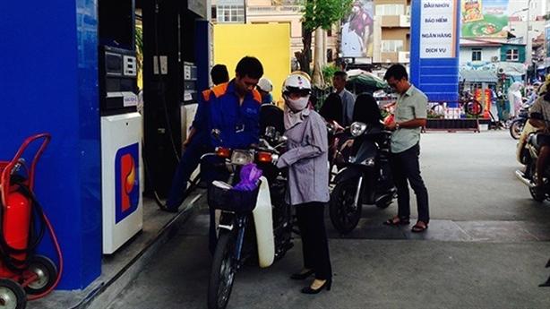 Trước 16h, xăng giảm giá gần 2.000 đồng/lít