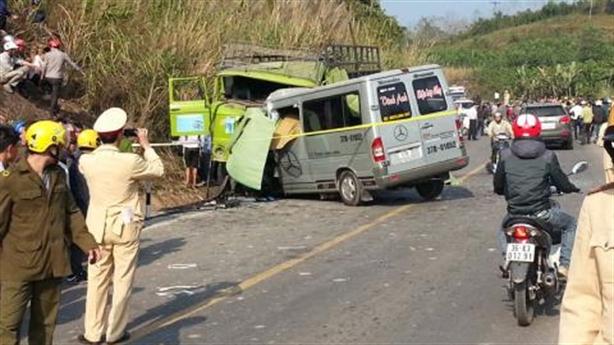 Tai nạn 9 người chết:Xe nổ lốp đâm vào xe hết hạn