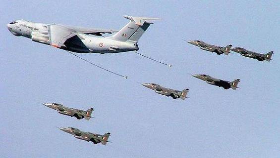 """Obama """"trầm ngâm"""" ngắm vũ khí Nga diễu hành tại Ấn Độ"""