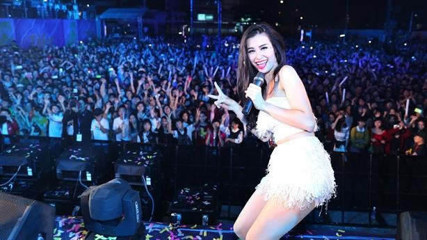 Đông Nhi cháy hết mình với Tiger Remix tại Đà Nẵng