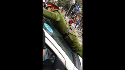 Chùm ảnh: Cảnh sát nhảy vọt lên nắp capo