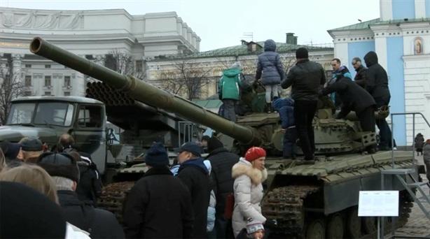Ukraine trưng bày dàn vũ khí Nga tịch thu của ly khai