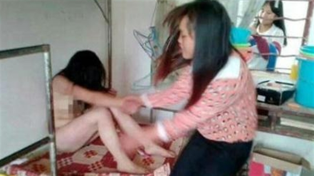 Thiếu nữ bị lột đồ, trét kem đánh răng... gây phẫn nộ