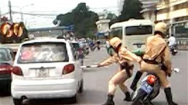 Nữ cán bộ hất CSCĐ lên capô, dừng trước cổng UBND tỉnh