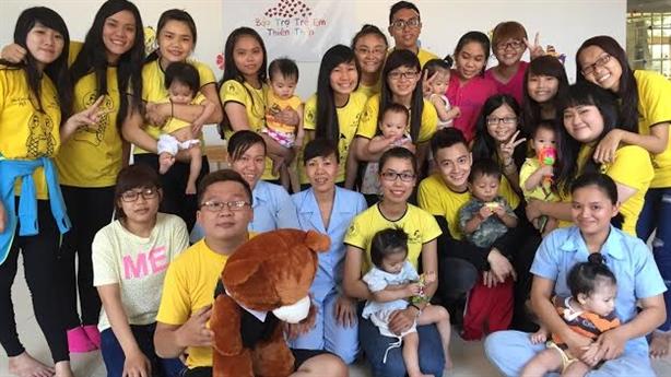 Đầu xuân Ngô Kiến Huy cùng fan club lì xì các em nhỏ mồ côi