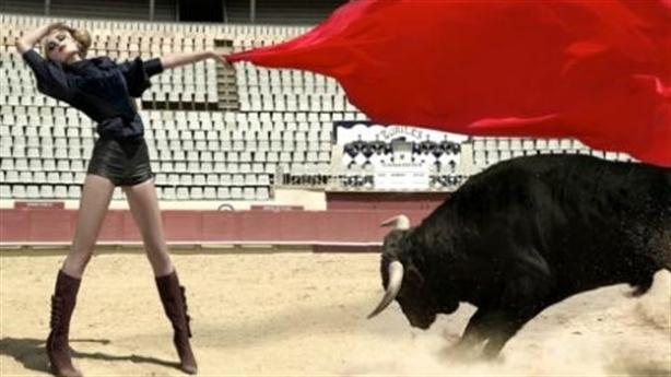 Đàn bà săn bò rừng - Đàn ông ngồi may vá