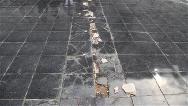 Cận cảnh nền gạch tượng đài 411 tỷ bong tróc