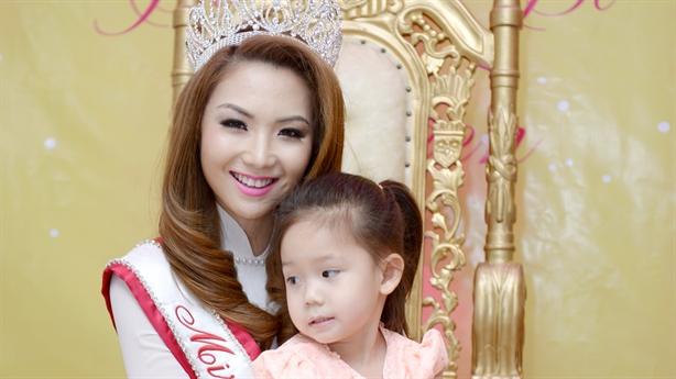 Khoảnh khắc hạnh phúc của hoa hậu Jennifer Chung bên em gái
