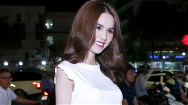 Ngọc Trinh khoe eo thon, 'khóa môi' đồng tính với Linh Chi