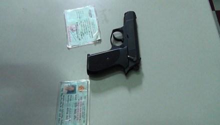 Sếp ngân hàng dí súng dọa nhân viên taxi:Súng được cấp phép
