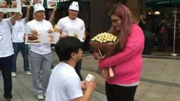 """Sợ bị """"đá"""", chàng trai vỗ béo bạn gái 50kg lên 90kg"""