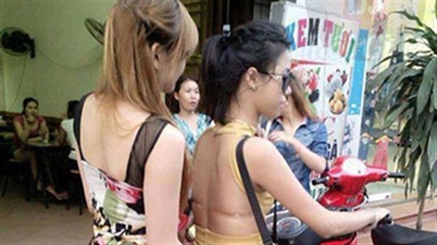 Mải nhìn gái trẻ mặc áo hở eo, mất ngay iPhone