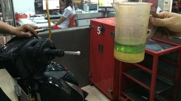 Xăng pha nước làm chết máy: Cách xử lý