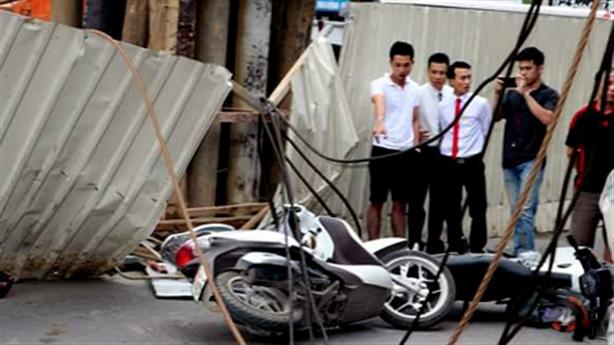 Cần cẩu đường sắt Nhổn - Ga Hà Nội sập, đè nhà dân