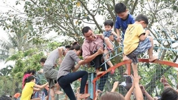 Vì sao người Hà Nội trèo tường, vượt rào?