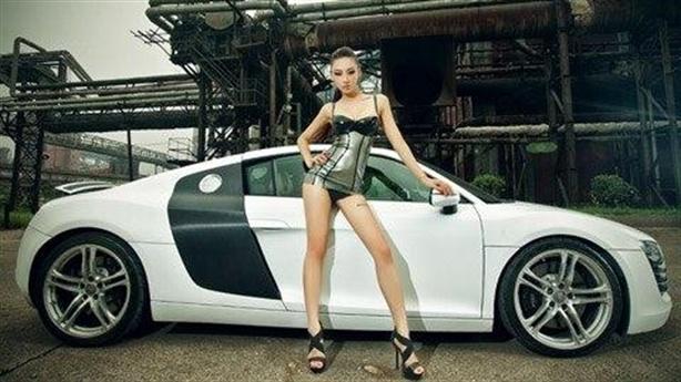 Ngắm chân dài mướt bên Audi R8 trắng tinh