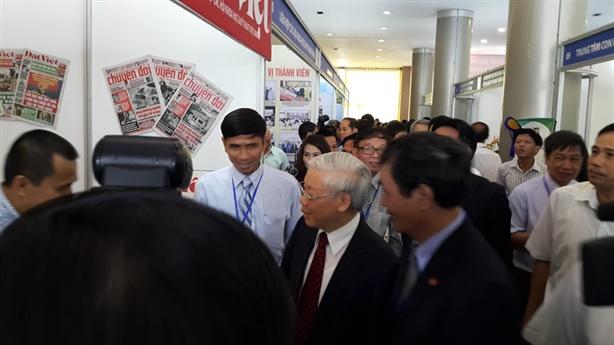 TBT Nguyễn Phú Trọng thăm quan gian trưng bày Báo Đất Việt
