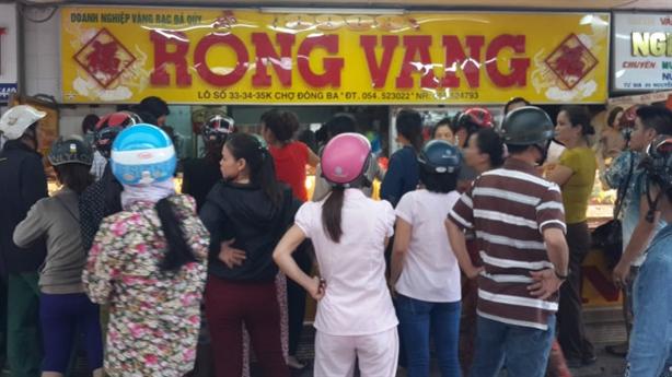 Đổ xô về chợ Đông Ba bán vàng: Chủ tiệm nói gì?