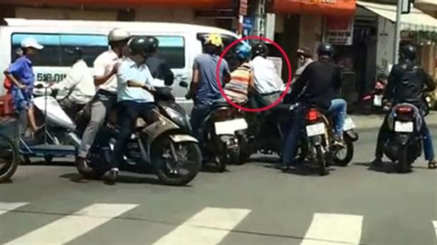 Sài Gòn: dàn cảnh cướp 200 triệu trước trụ sở công an