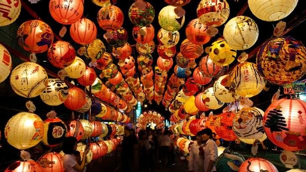 Con đường rực rỡ đèn lồng kỷ lục tại AsiaPark Đà Nẵng