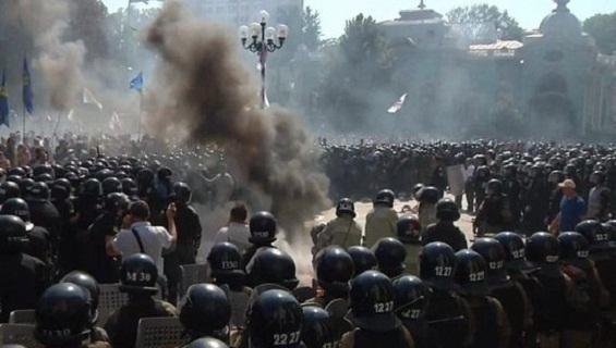 Bạo loạn Ukraine: Cực hữu vây Quốc hội, trăm người thương vong!