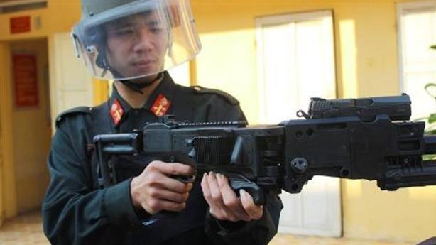 Cảnh sát Việt Nam giới thiệu súng siêu khủng