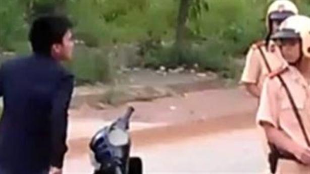 CSGT bị vi phạm đuổi đánh, chạy vào nhà dân