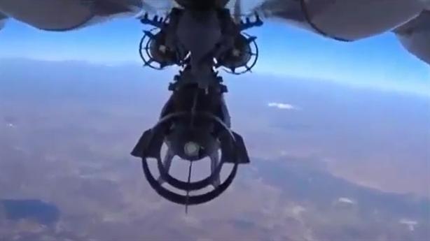 Clip: Tiêm kích Su-24M Nga thả bom không kích ở Syria