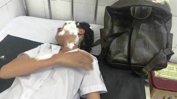 Hai nữ sinh viên bị tạt axit giữa đường: Do tình ái?