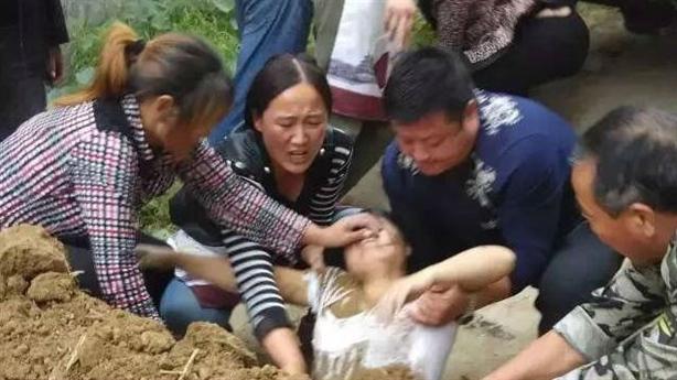 Côn đồ chôn sống một cô gái vì tranh chấp đất đai