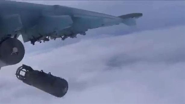 Xem Su-25 ném bom san phẳng căn cứ phiến quân IS