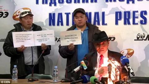 Chủ tịch tự thiêu phản đối bán mỏ than cho Trung Quốc