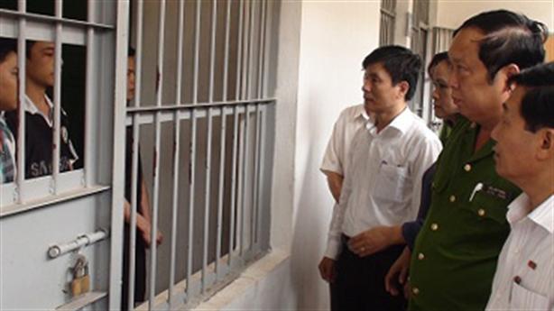 Cấm tra tấn, dùng nhục hình người bị tạm giam