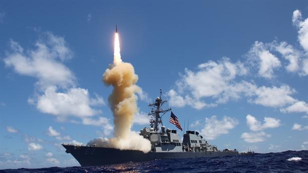 Khu trục Mỹ khiến tuần dương hạm Moskva chào thua