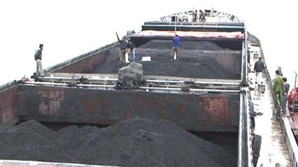 Bắt tàu chở 4.000 tấn than cám trên đường sang Trung Quốc