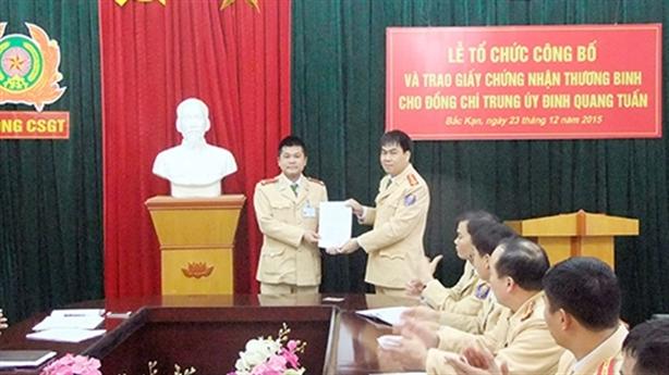 Chứng nhận thương binh cho CSGT bị đâm gẫy chân