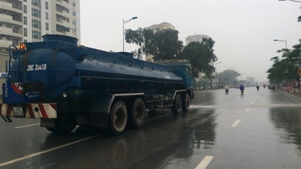 Hà Nội: Xe môi trường phun nước giữa trời mưa