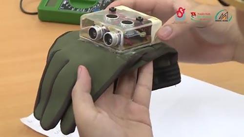 Học trò sáng chế giúp người khiếm thị đi bằng…găng tay