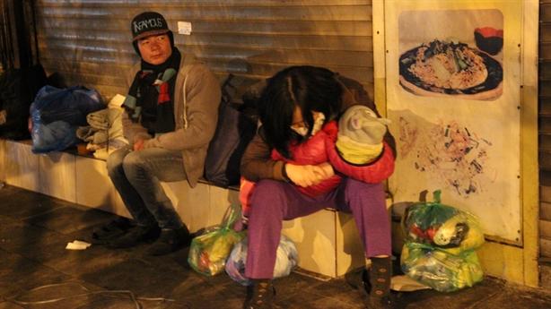 Nhói lòng mẹ ôm con co ro giữa vỉa hè đêm lạnh