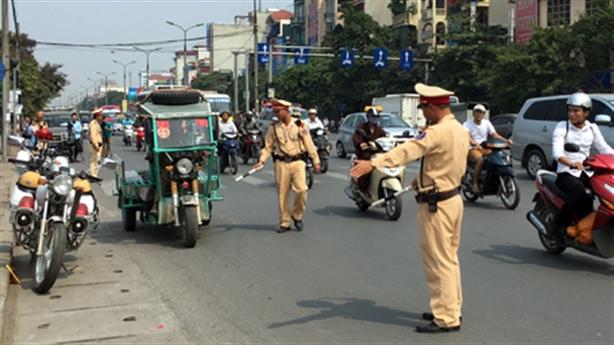 CSGT lúng túng điều khiển giao thông: Tại người dân