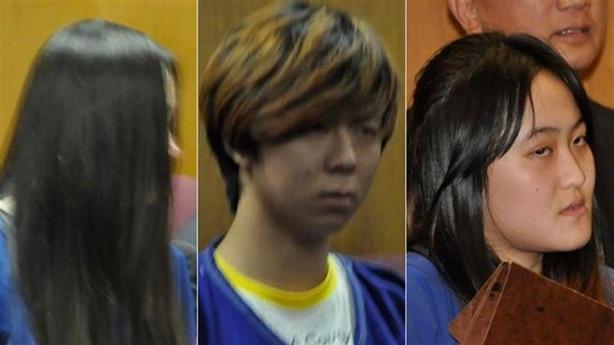 Nữ sinh Trung Quốc lột quần áo, đánh bạn Mỹ